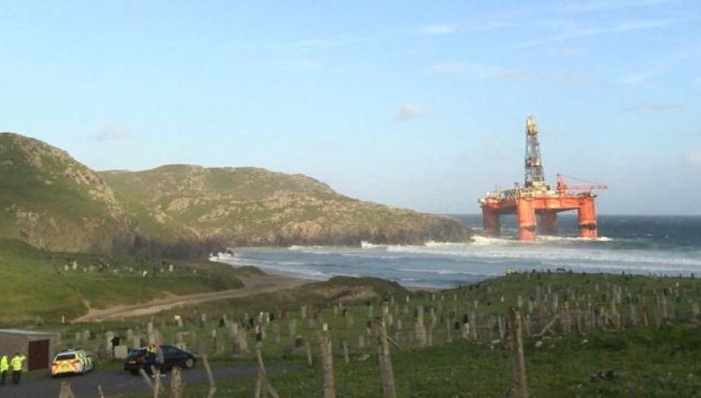 Шторм в Шотландии выбросил на берег многотонную буровую платформу фото:bbc.com