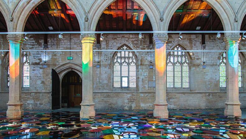 инсталяция из зеркал в церкви