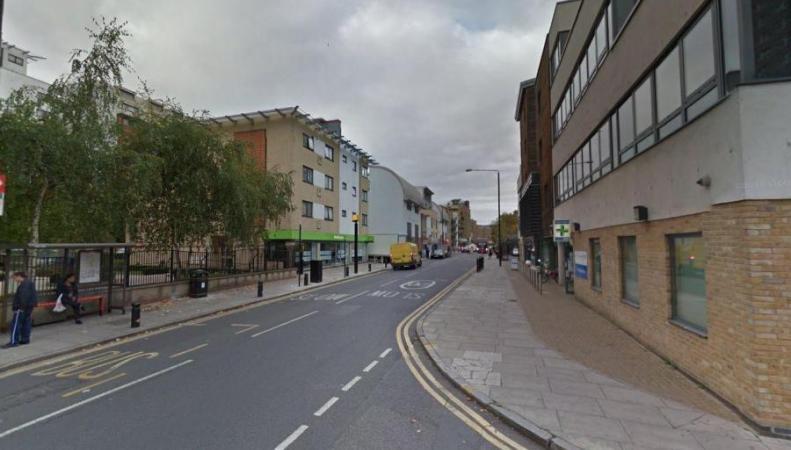 Вделовом квартале Лондона женщину облили кислотой