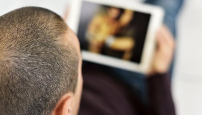 мужчина смотрит фильм