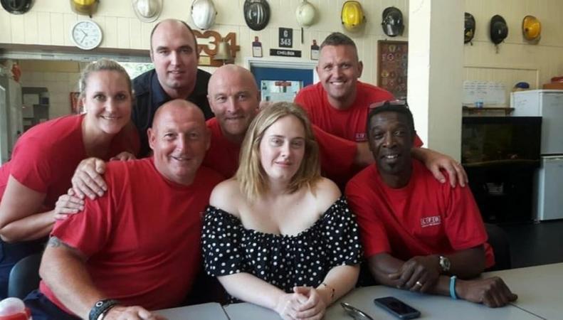 Певица Адель навестила пожарных из Grenfell Tower