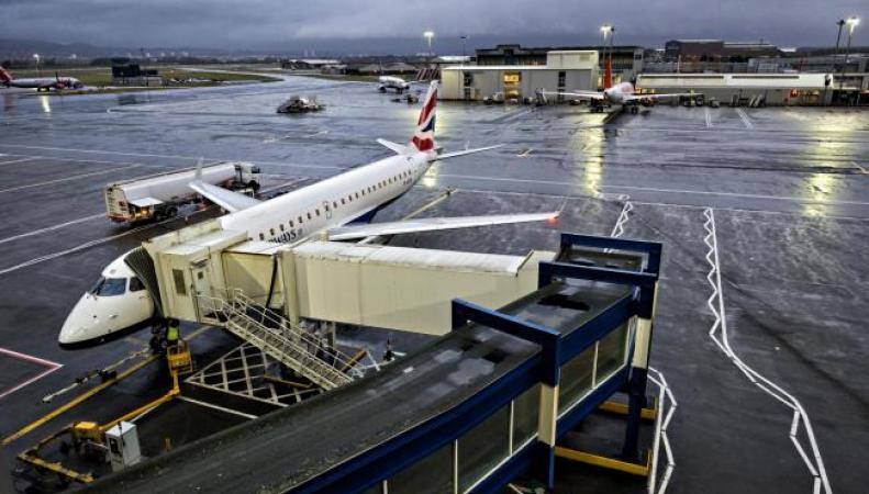 Вылеты из аэропорта Глазго были задержаны из-за столкновения самолета и транспортера