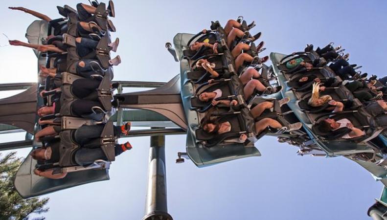 Посетители парка Alton Towers оказались заблокированы вниз головой на аттракционе  фото:theguardian.com