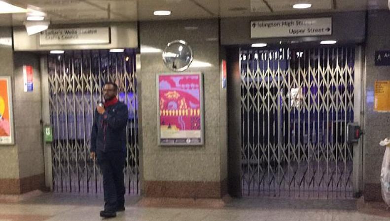 Саперы подорвали подозрительный предмет у станции метро Angel в Лондоне фото:dailymail
