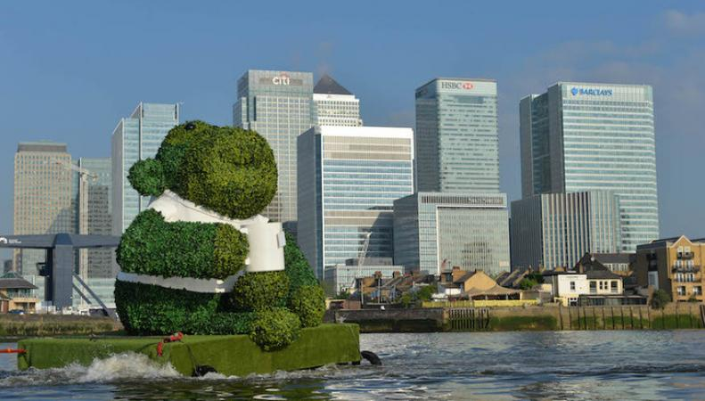 По Темзе проплыла огромная зеленая обезьяна фото:londonist.com