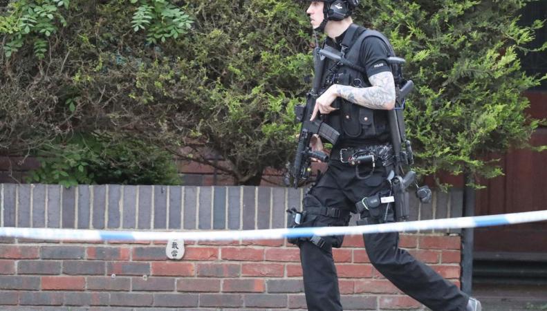 В Оксфорде полисмены устроили перестрелку с вооруженным мужчиной