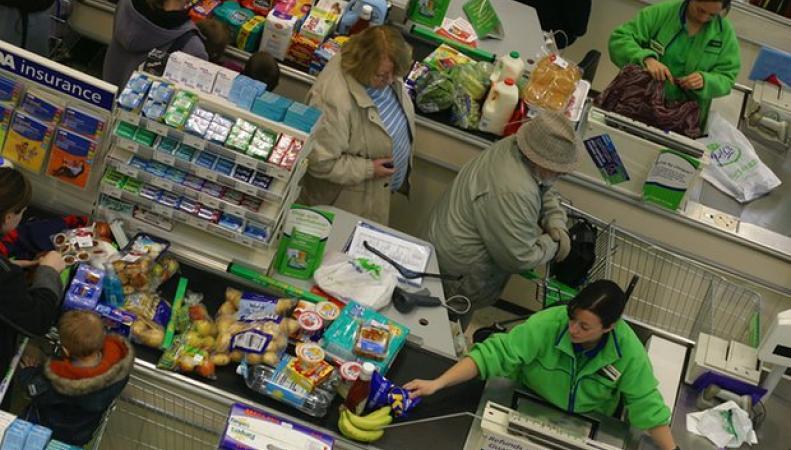 Покупатели застряли в очередях на кассах Asda по всей Великобритании фото:theguardian.com