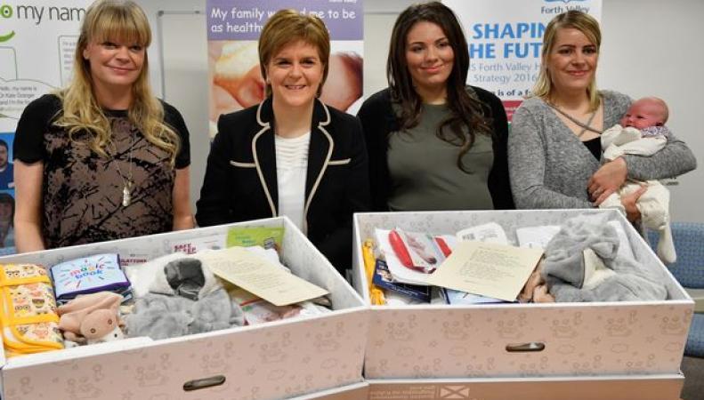 Правительство Шотландии запустило программу раздачи «бэби-боксов»  фото:heraldscotlnd