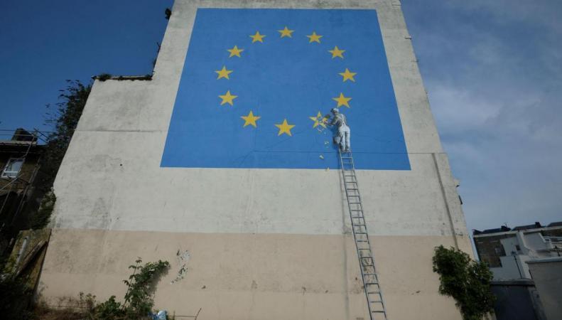 Бэнкси нарисовал флаг Европы без одной звезды на помещении вДувре