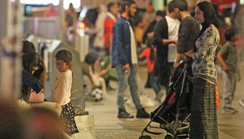 Организованная группа попрошаек обосновалась возле универмага Harrods, - будьте бдительны! фото: dailymail.co.uk