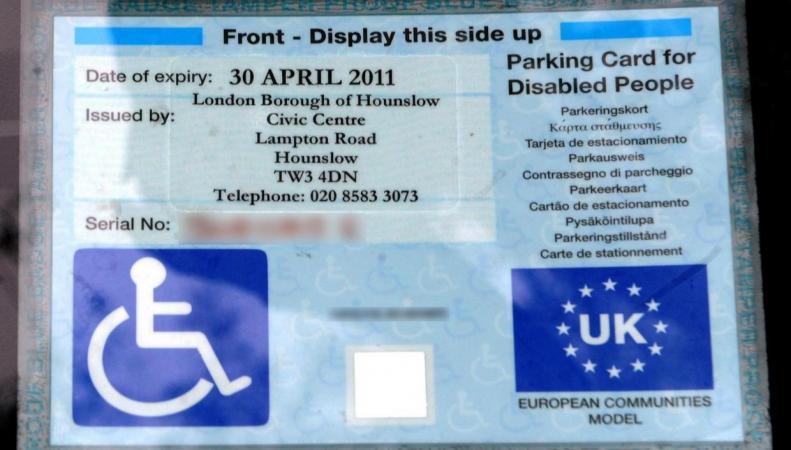 Право привилегированной парковки в Великобритании дадут людям со скрытой инвалидностью