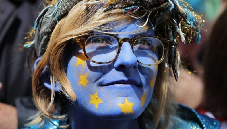 «Показать любовь к Европе» вышли маршем десятки тысяч лондонцев фото:bbc.com