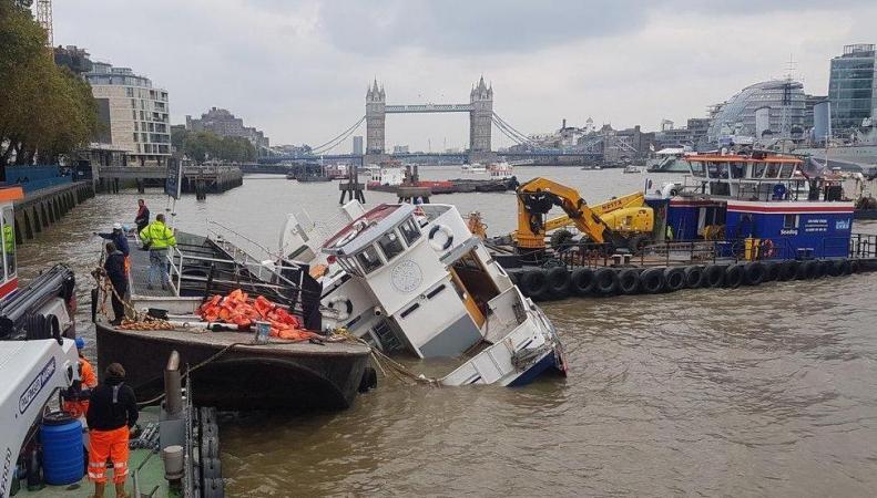В Лондоне на Темзе потерпел бедствие прогулочный теплоход фото:standard.co.uk
