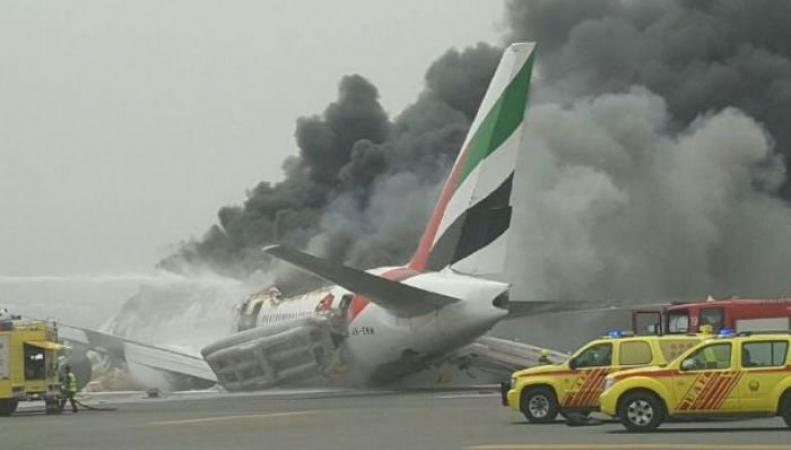 Британцы эвакуированы из горящего самолета Emirates  в Дубае фото:gulfnews