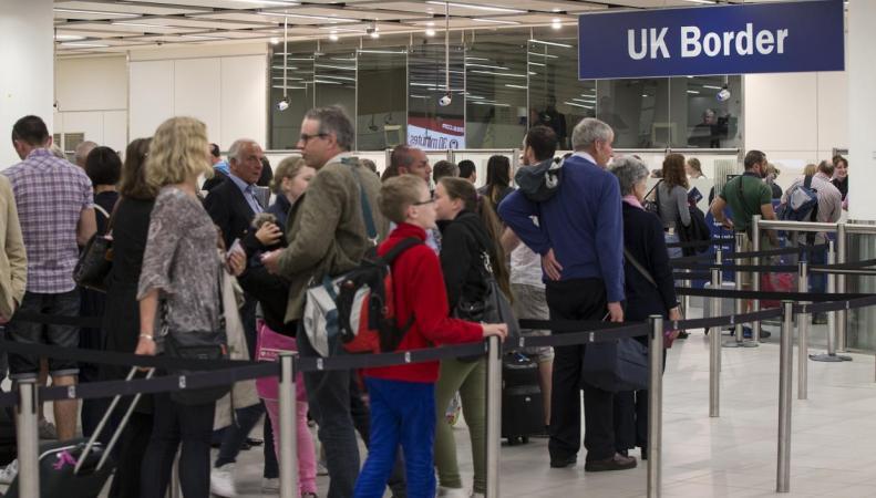 Платное ускоренное прохождение  паспортного контроля введут в аэропортах Великобритании фото:independent.co.uk