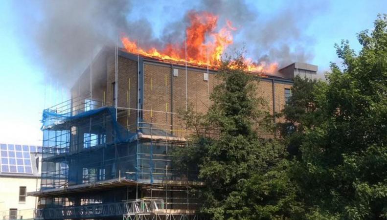На востоке Лондона полыхает новый многоквартирный дом фото:standard.co.uk