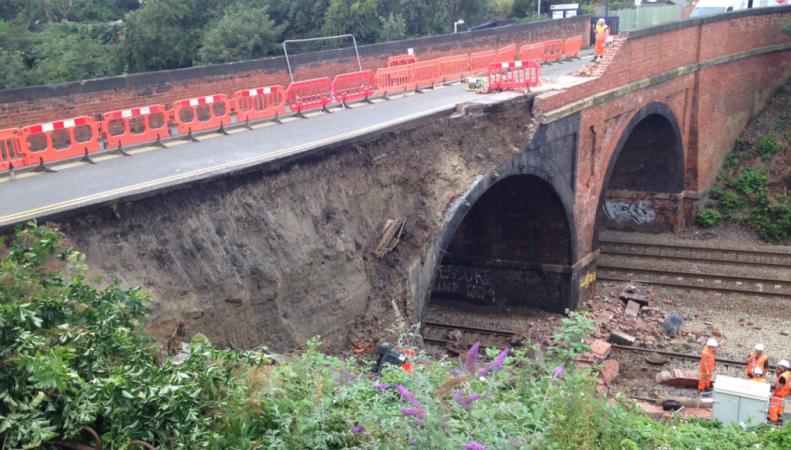 В Лестершире обрушился мост над железнодорожными путями фото:bbc.com