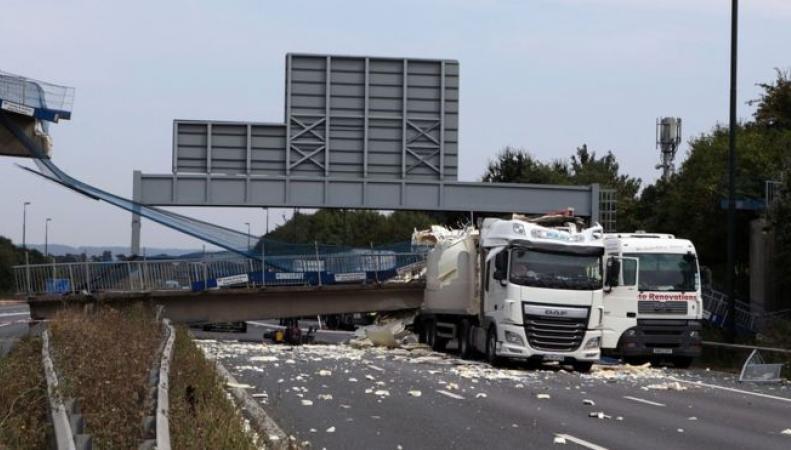 Управление шоссейных автодорог демонтирует обрушившийся мост в Кенте фото:bbc.com