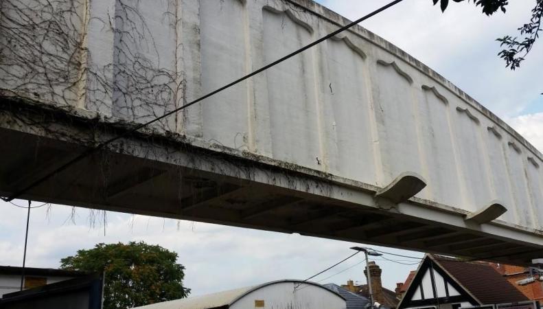 Мосту на юго-западе Лондона угрожает обрушение фото:standard.co.uk