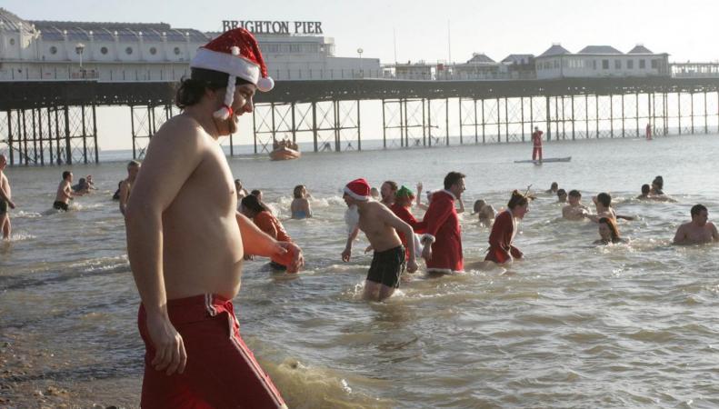Полиция Брайтона попыталась закрыть пляж для купающихся в Рождество фото:independent.co,uk