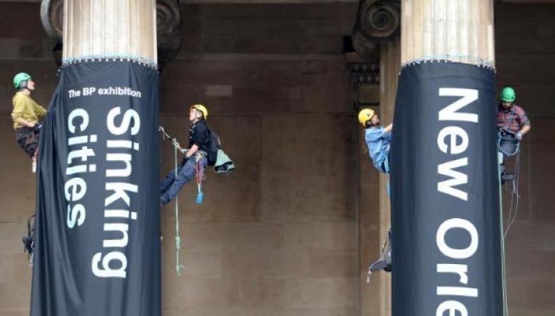 Активисты Greenpeace заблокировали вход в Британский музей фото:bt.com
