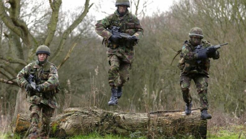 Британские солдаты нуждаются в диете и липосакции фото:ibtimes.co.uk