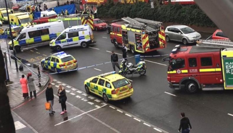В Луишеме автомобиль врезался в пешеходов на тротуаре фото:telegraph.co.uk