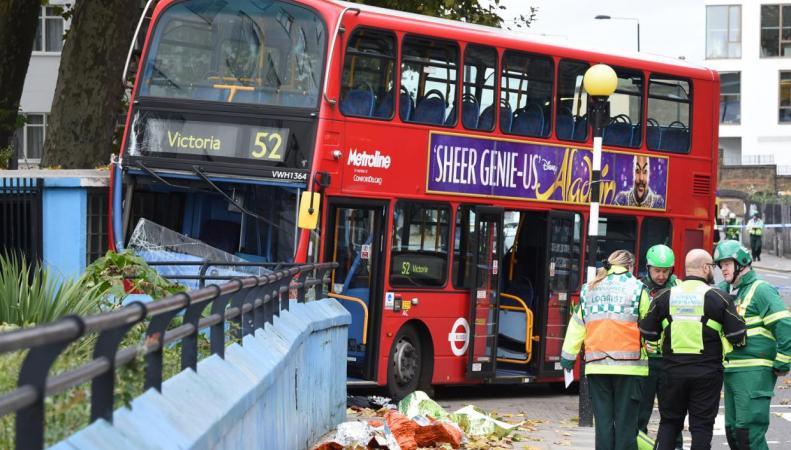 ДТП на Лэдброк Гроув: даблдекер сбил женщину на тротуаре фото:standard.co.uk