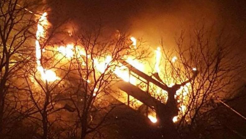 В восточном Лондоне  взорвался и сгорел дотла автобус фото:standard.co.uk