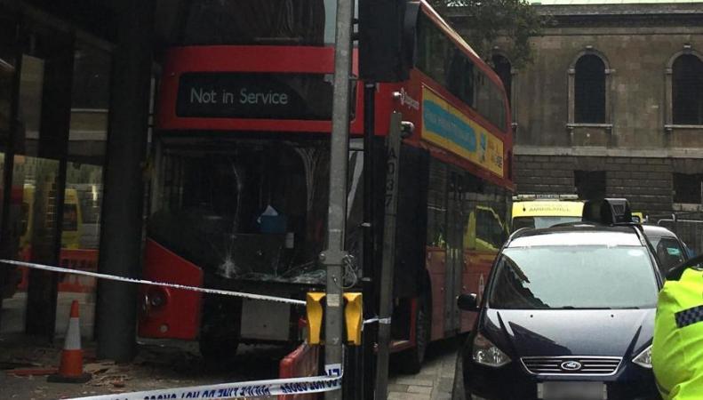 Автобус дважды за неделю попал в одинаковые аварии в Вест-Энде фото:standard.co.uk