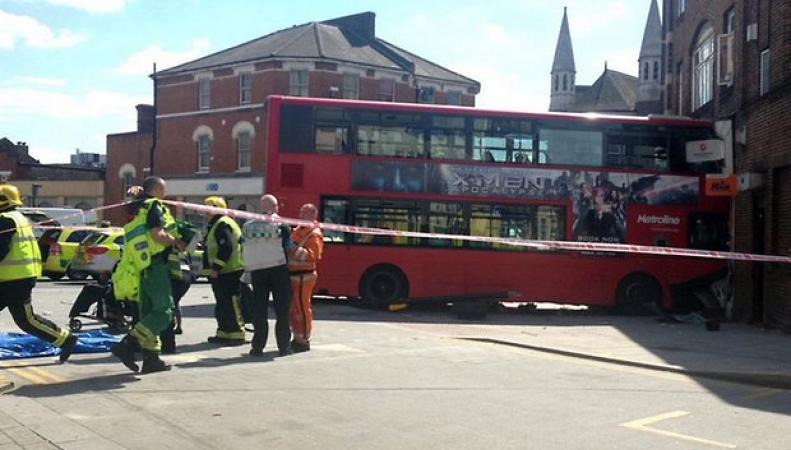 Даблдекер врезался в здание магазина на северо-западе Лондона фото:theguardian.com