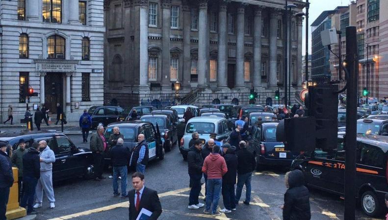 Лондонские кэбмены начали пятидневную акцию протеста на перекрестке Бэнк фото:standard.co.uk