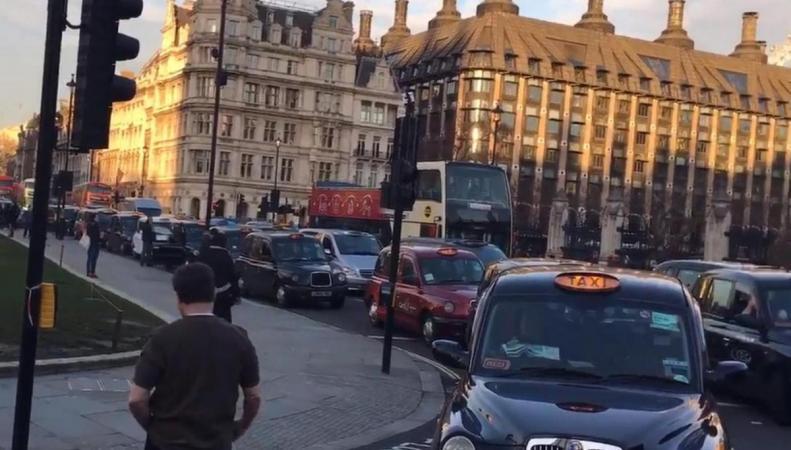 Протестующие кэбмены заблокировали Парламент-сквер фото:twitter