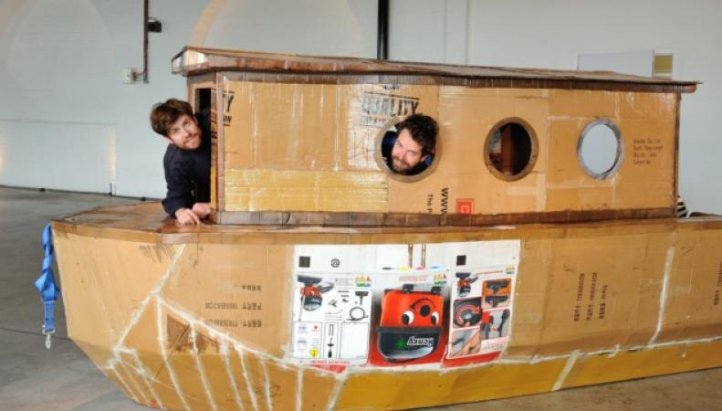 Жители Лондона построили плавучий дом из макулатурного картона фото:london24