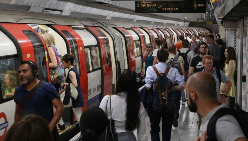 Пассажиры лондонского метро на полчаса застряли в туннеле линии Central