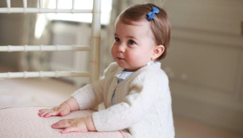 Герцогиня Кейт показала новые фотографии принцессы Шарлотты фото: bbc.com