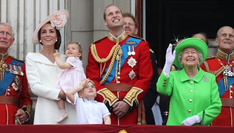 Принцесса Шарлотта приняла свой первый парад авиации с балкона Букингемского дворца фото:dailymail.co.uk