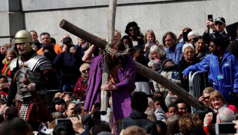 Сотни людей в Страстную пятницу посмотрели постановку распятия Христа в центре Лондона