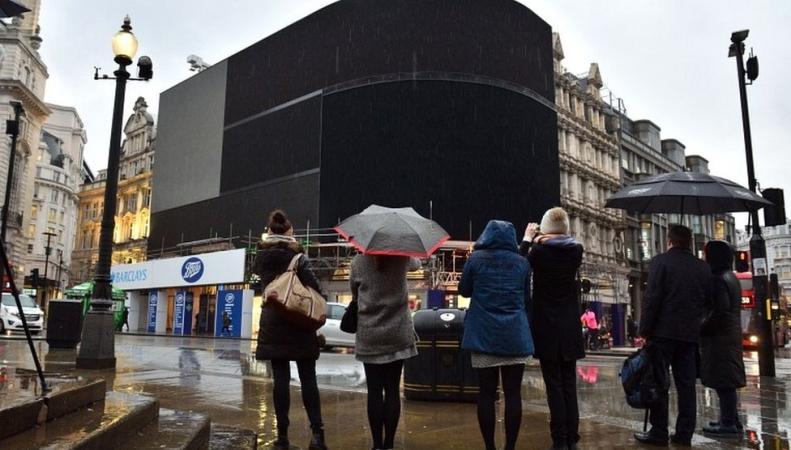 На Piccadilly Circus погасли рекламные экраны фото:bbc