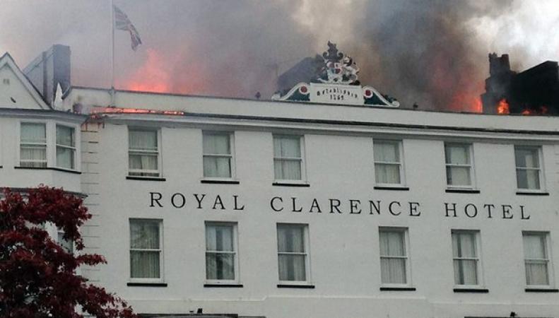 Пожар уничтожил старейший отель в Англии фото:theguardian.com