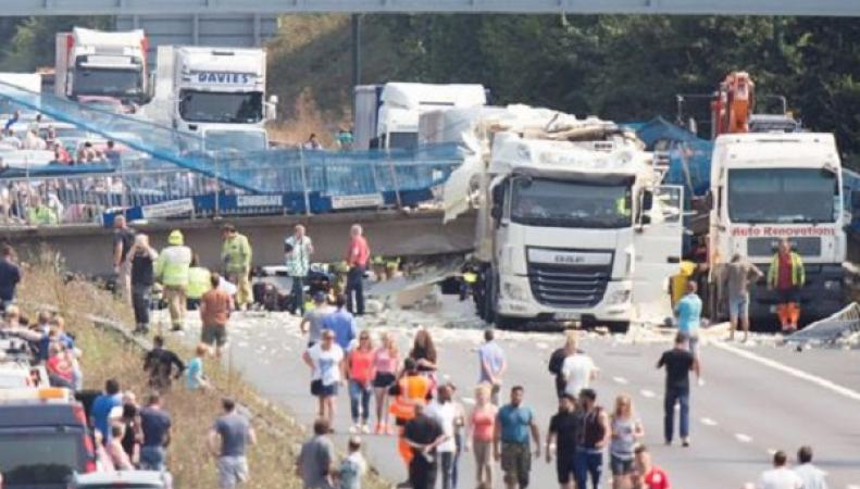 На трассе М20 в Кенте обвалился пешеходный мост фото:mirror.co.uk