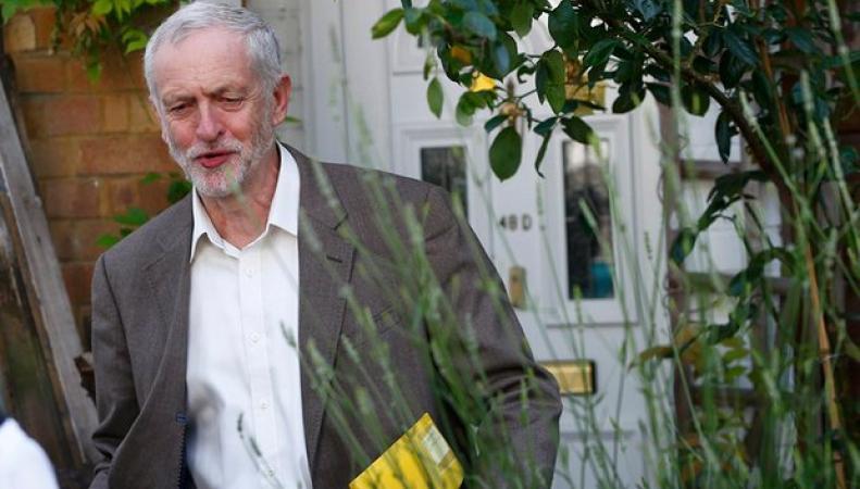 Депутаты-лейбористы объявили вотум недоверия Джереми Корбину фото:theguardian.com