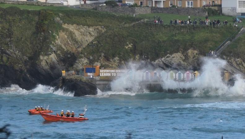Высокая волна смыла в море семью в Корнуолле фото:twitter.com