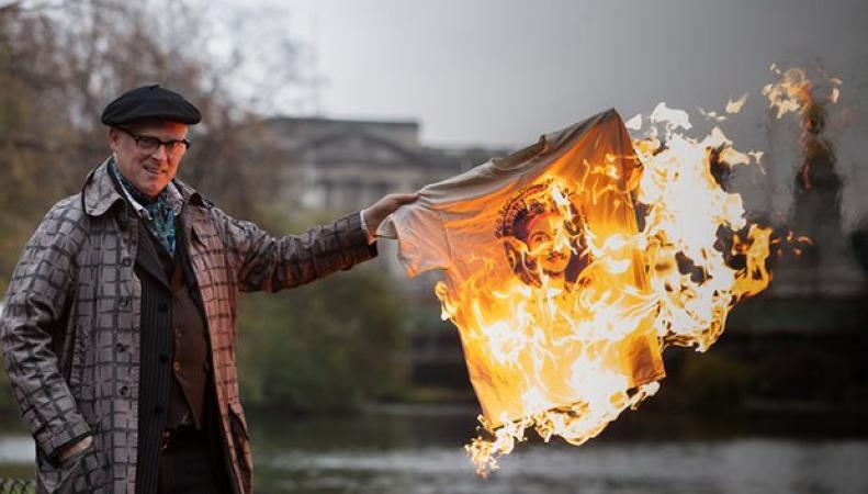 Джо Корр встолице Англии сжег памятные вещи панк-группы Sex Pistols