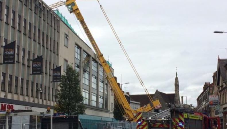 В Ридинге на жилой дом опрокинулся строительный кран фото:bbc