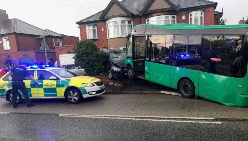 Сбежавший автобус в Мерсисайде протаранил машины  и заглох на газоне фото:skynews
