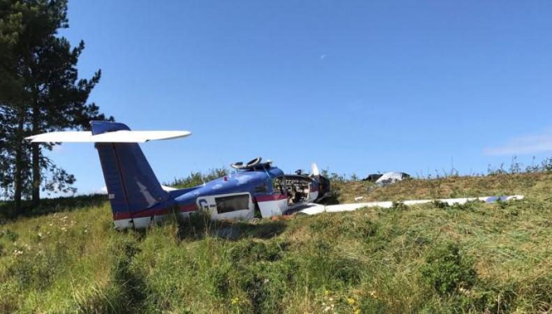 Легкомоторный самолет разбился во владениях королевы Елизаветы II фото:thetimes