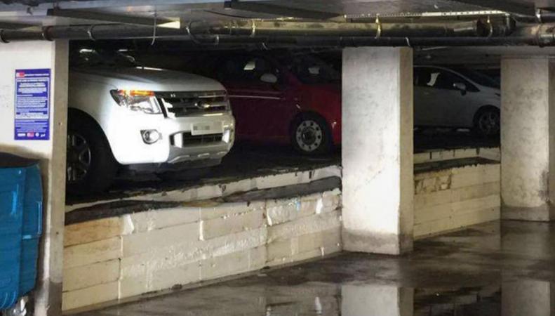Потоп  в Крейфорде: Коммунальная авария оставила дома без воды и повредила машины на парковке фото:independent.co.uk