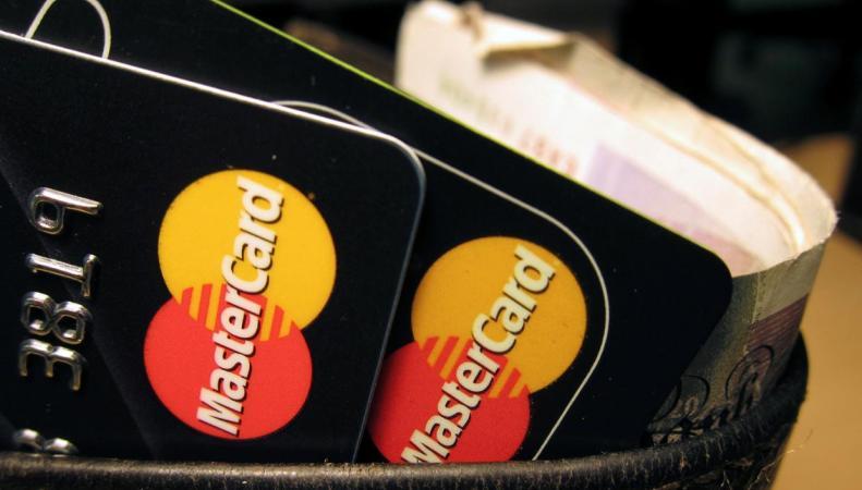 MasterCard разрешил британцам платить по селфи фото:standard.co.uk