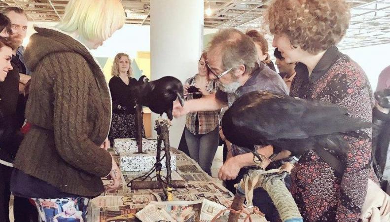 В Лондоне открылось благотворительное кафе с воронами фото:standard.co.uk